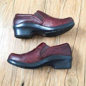 ARIAT NWOT ruby leather clogs size 8.5
